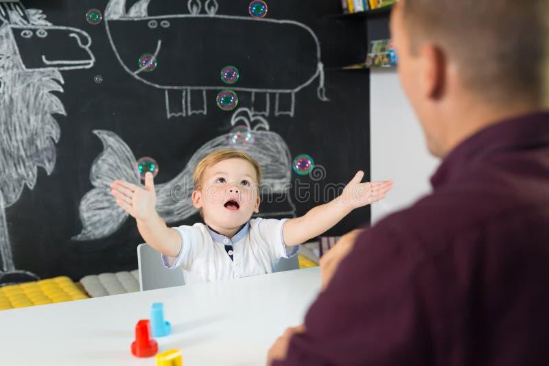 Menino pequeno bonito da criança na sessão de terapia da criança imagem de stock royalty free
