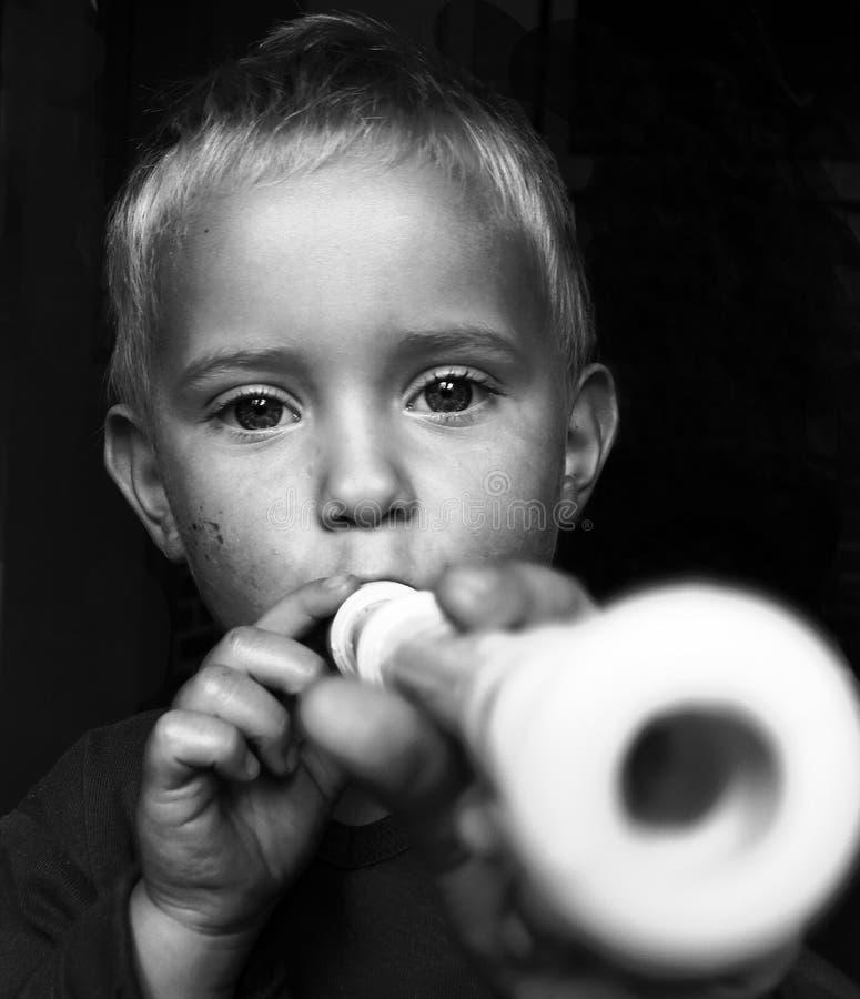 Menino pequeno com flauta foto de stock