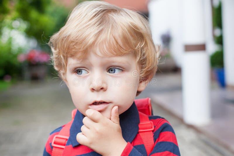 Menino pequeno da criança na maneira ao jardim de infância fotografia de stock royalty free