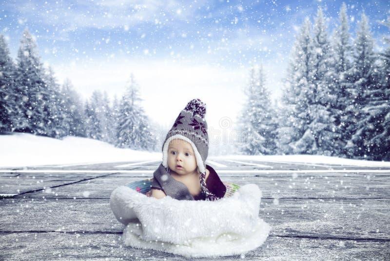 Menino pequeno dentro da pele fotografia de stock royalty free