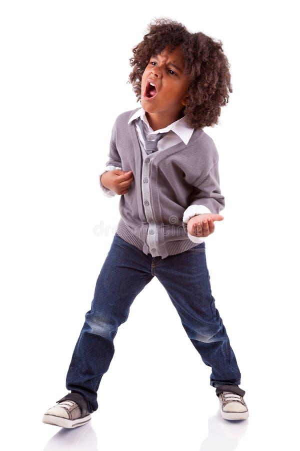 Menino pequeno do americano africano que joga a guitarra do ar fotografia de stock