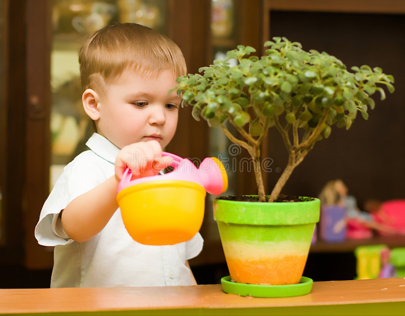 Menino pequeno do jardineiro foto de stock royalty free