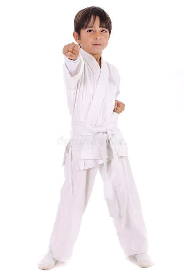 Menino pequeno do karaté no treinamento imagens de stock