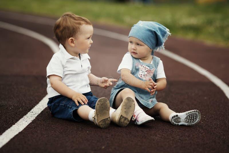 Menino e menina felizes pequenos imagens de stock