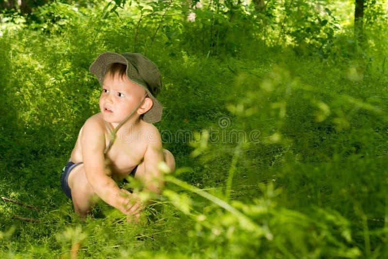 Menino pequeno novo surpreendido que descobre a natureza foto de stock