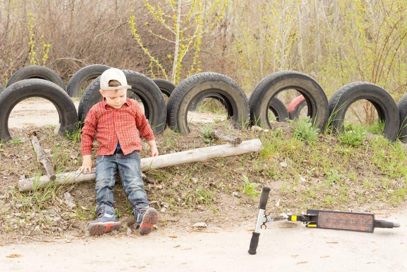 Menino pequeno que joga apenas no parque foto de stock