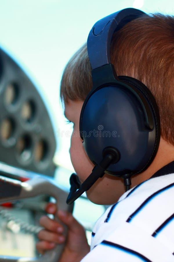 Menino pequeno que joga o piloto em aviões confidenciais fotografia de stock