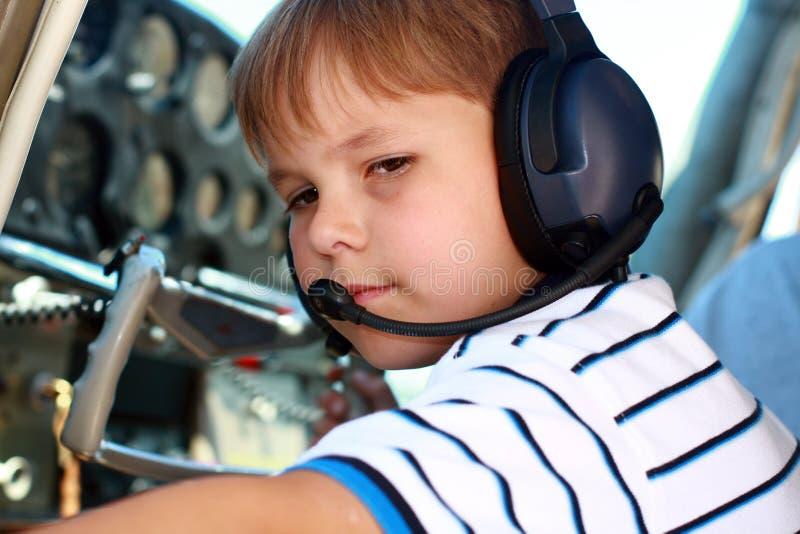 Menino pequeno que joga o piloto no avião imagens de stock