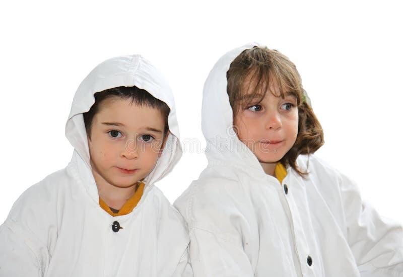 Menino pré-escolar bonito e menina nos casacos encapuçados brancos imagem de stock royalty free
