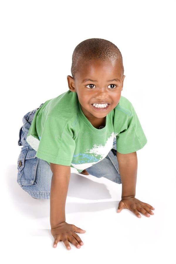 Menino preto dos anos de idade três que sorri feliz fotos de stock