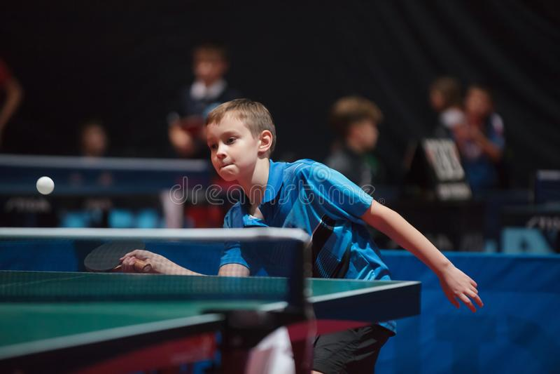 Menino profissional dos jovens do jogador de tênis de mesa júnior Competiam do campeonato fotografia de stock