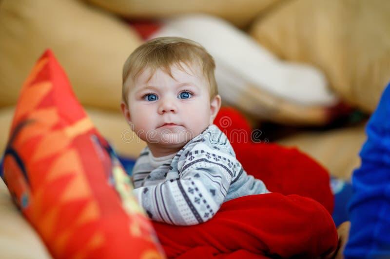 Menino que abraça com bebê recém-nascido, irmã bonito da criança siblings Irmão no fundo Ligamento das crianças Família de fotos de stock royalty free