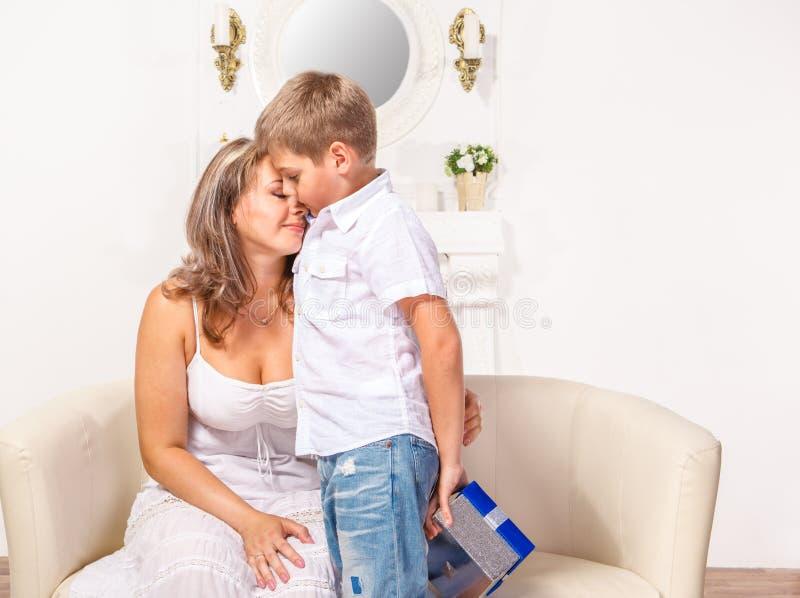 Menino que abraça sua mãe imagens de stock royalty free