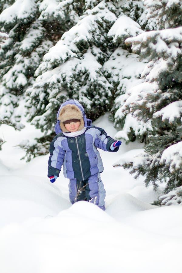 Menino que aprecia a primeira neve imagens de stock royalty free
