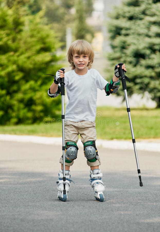 Menino que aprende rollerblading fotos de stock royalty free