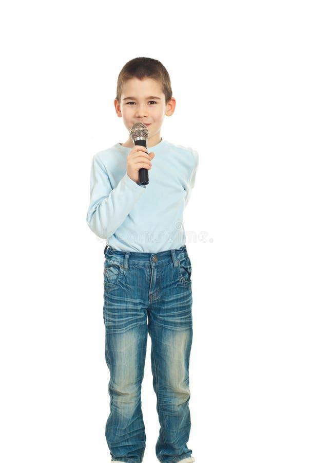 Menino que canta ao microfone imagens de stock royalty free