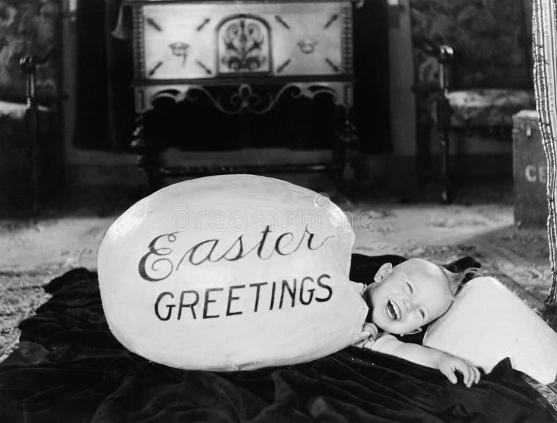 Menino que choca de um ovo grande (todas as pessoas descritas não são umas vivas mais longo e nenhuma propriedade existe Garantia fotos de stock