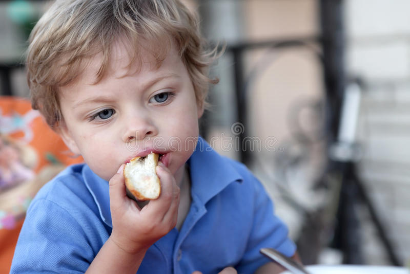 Menino que come o bolo imagem de stock royalty free