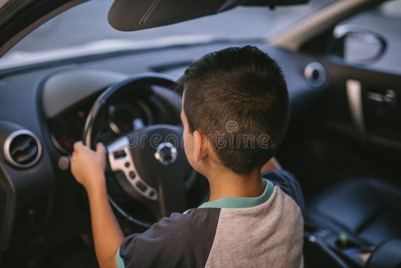 Menino que conduz um carro fotografia de stock royalty free