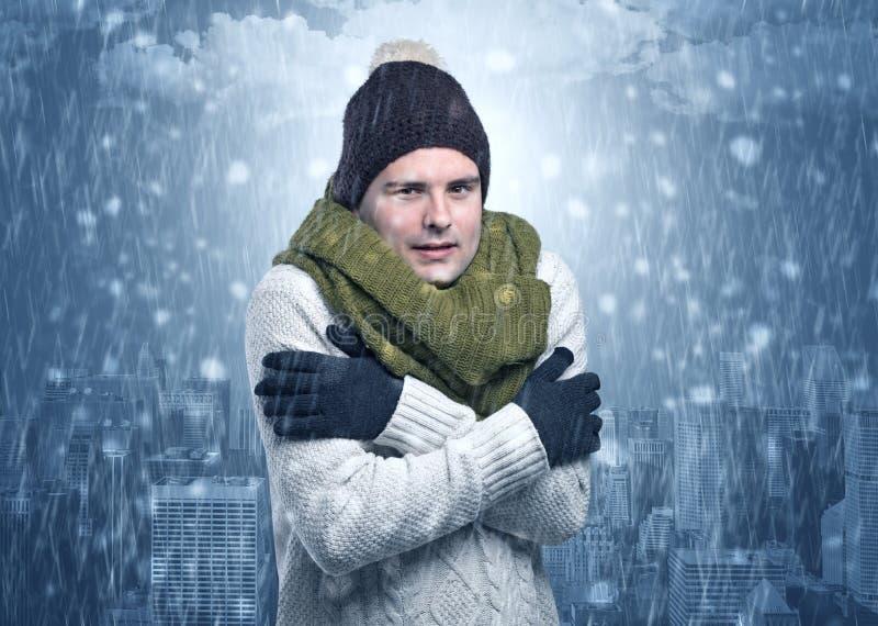 Menino que congela-se no tempo frio com conceito da cidade fotos de stock royalty free