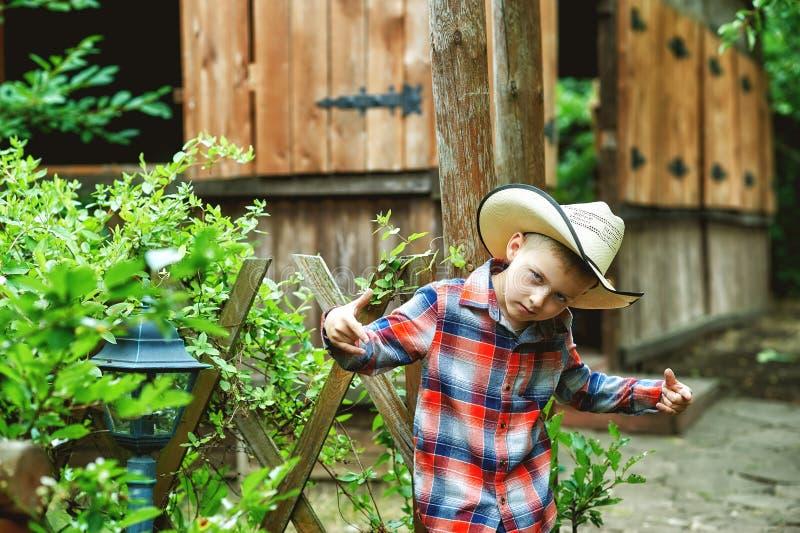 Menino que descansa no verão no rancho fotografia de stock
