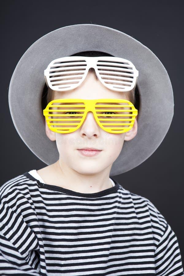 Menino que desgasta o chapéu engraçado fotos de stock royalty free