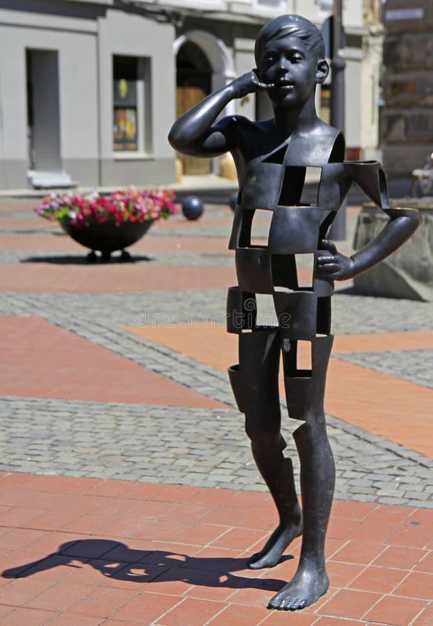 Menino que fala no telefone celular - escultura da arte moderna imagens de stock royalty free