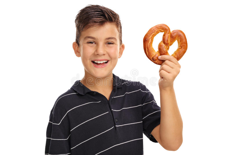 Menino que guarda um pretzel foto de stock royalty free