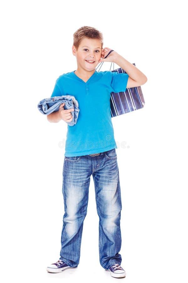 Menino que guardara o saco de compras imagens de stock
