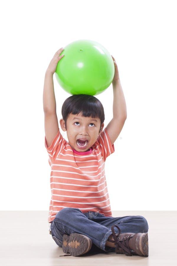 menino que joga a bola verde fotografia de stock