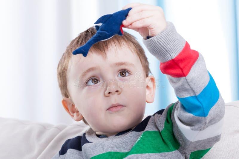 Menino que joga com brinquedo favorito imagens de stock royalty free