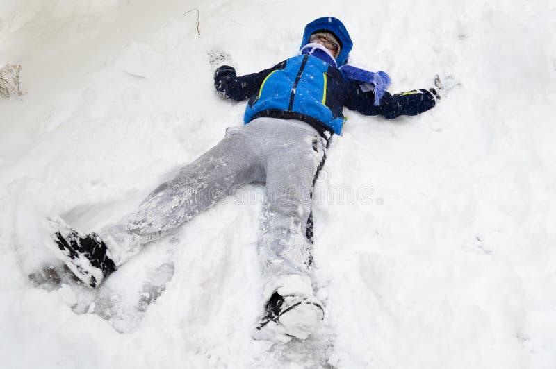 Menino que joga com neve fotografia de stock