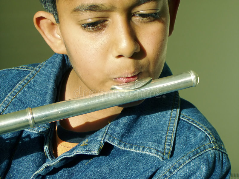 Menino que joga a flauta imagem de stock royalty free