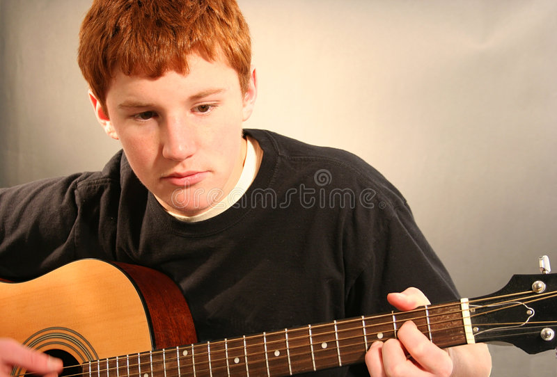 Menino que joga a guitarra fotos de stock
