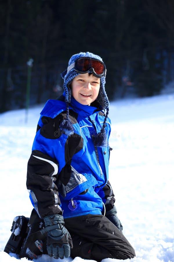 Menino que joga na neve fotografia de stock