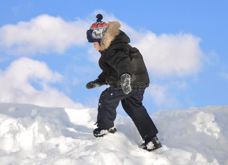 Menino que joga na neve foto de stock royalty free