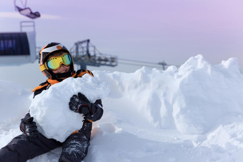 Menino que joga na neve fotografia de stock royalty free