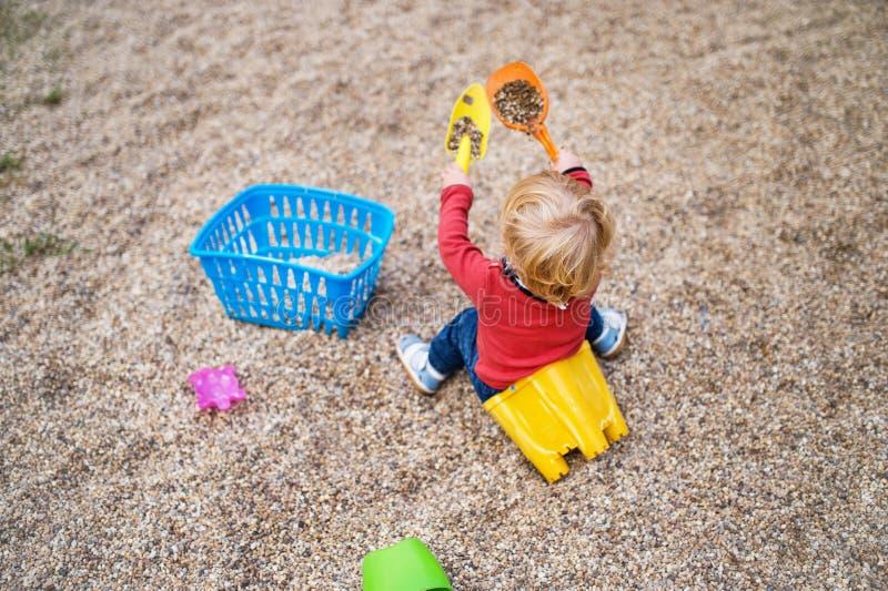 Menino que joga no campo de jogos, dia da criança de verão fotos de stock royalty free