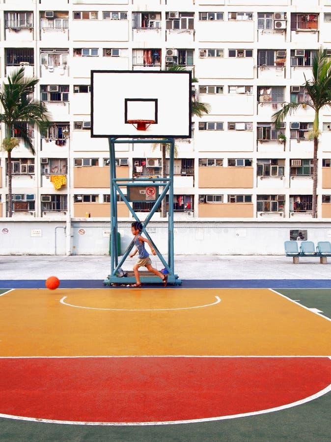 Menino que joga no campo de jogos na propriedade do arco-íris em Hong Kong fotos de stock royalty free