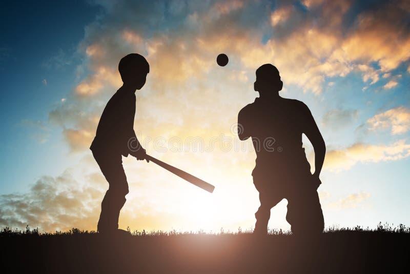 Menino que joga o basebol com seu pai foto de stock royalty free