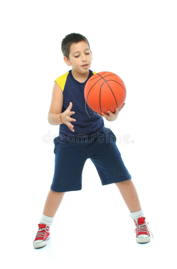 Menino que joga o basquetebol isolado imagem de stock
