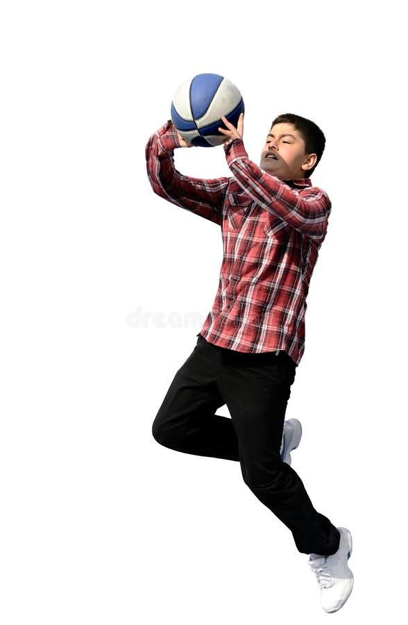 Menino que joga o basquetebol. voo e salto foto de stock royalty free