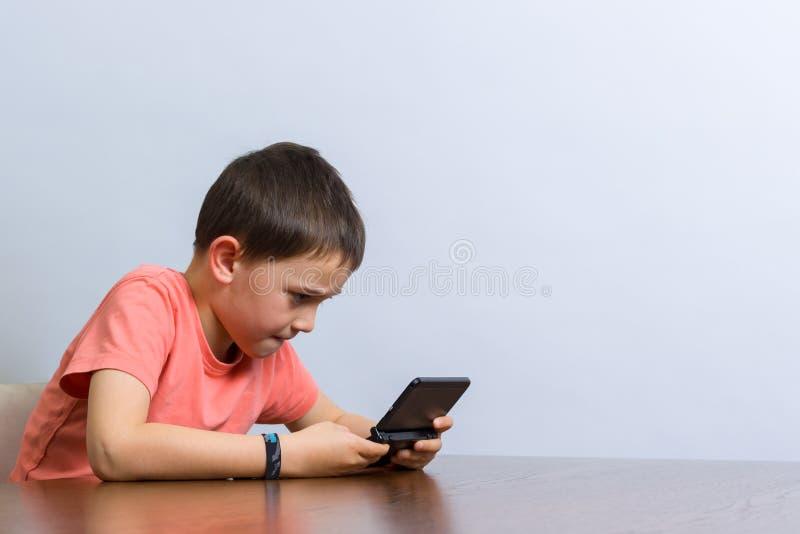 Menino que joga o jogo video imagens de stock