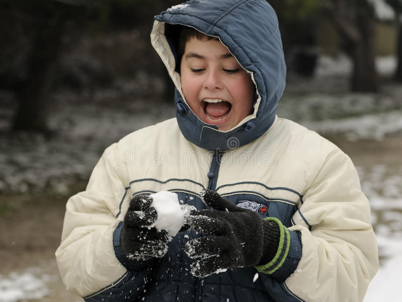 MENINO QUE JOGA UM SNOWBALL fotos de stock