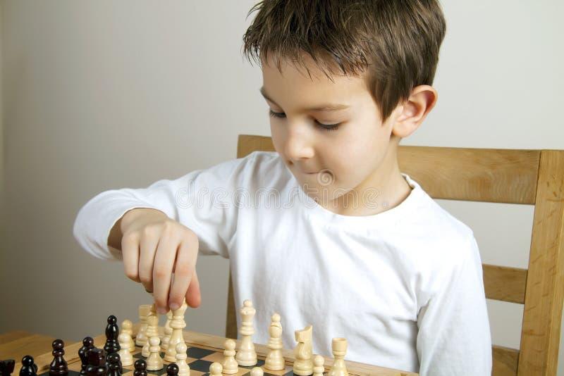 Menino que joga a xadrez fotos de stock royalty free