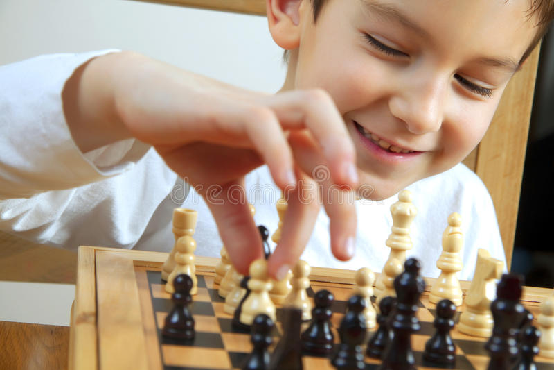 Menino que joga a xadrez fotos de stock