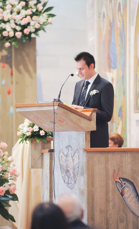 Menino que lê um salmo fotografia de stock