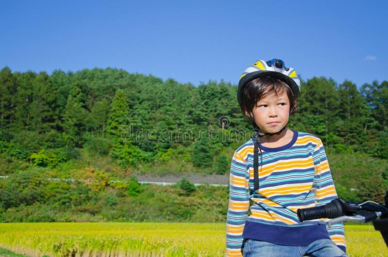 Menino que monta uma bicicleta fotos de stock royalty free