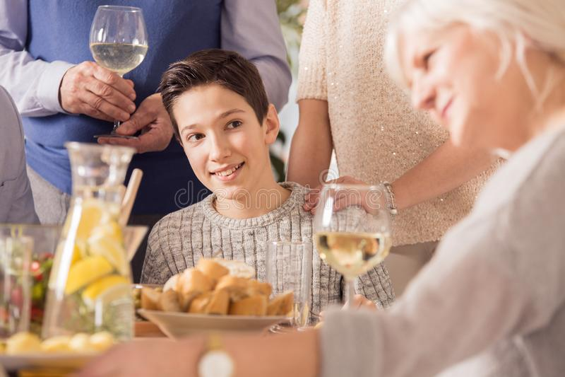 Menino que olha a avó foto de stock royalty free