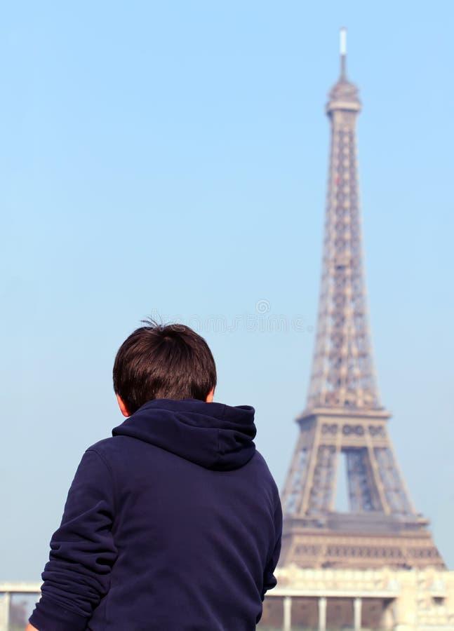 Menino que olha a torre Eiffel fotos de stock royalty free